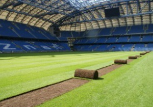 Фотогалерея: Смена ковра. На стадионе в Познани перестилают газон