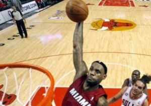 Плей-офф NBA: Джеймс помогает Майами сравнять счет в серии с Чикаго