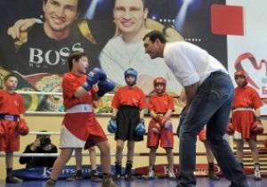 Фотогалерея: Бьет - значит любит. Владимир Кличко провел мастер-класс для украинских детей