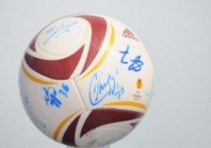 Карпаты продадут на аукционе мяч с автографами игроков, чтобы помочь болельщику