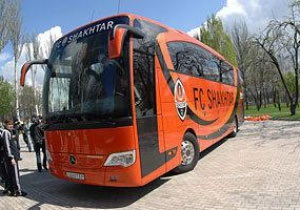 Харьковские болельщики разбили автобус Шахтера на глазах у милиции (обновлено)