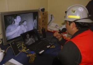 Заблокированным под землей чилийским шахтерам покажут матч национальной сборной с Украиной