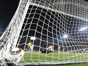 Введение видеоповторов FIFA обсудит в октябре