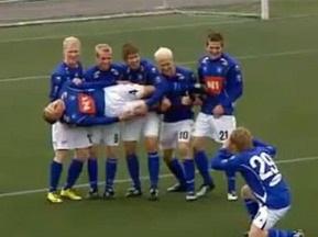Рыбалка на футбольном поле. Исландские игроки оригинально отметили победный гол