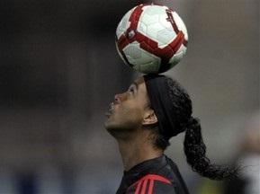 Роналдиньо остается в Милане
