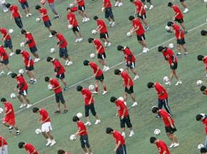 Китайцы установили мировой рекорд по одновременному набиванию мяча
