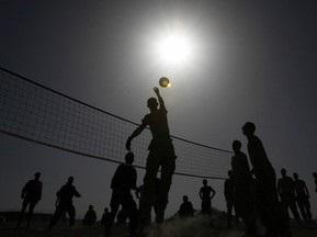 На Прикарпатье священники сыграли с заключенными в волейбол