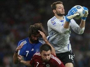 Вратарю сборной Греции выстрелили в спину