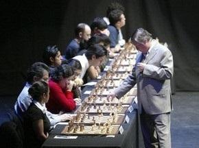 Карпов и Каспаров сыграли одновременно с 20 соперниками