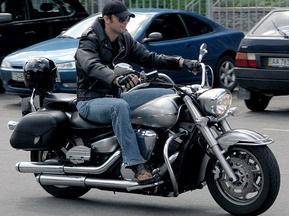 Шовковский приехал на мотоцикле на презентацию новой формы