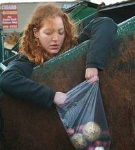 Корреспондент: Західна молодь висловлює протест, харчуючись із сміттєвих баків