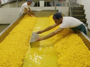 Ъ: Крупнейший производитель сыра распродает активы