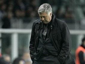Тренер Милана показал нецензурный жест фанатам