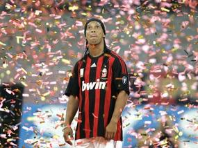 Милан продал 11 тысяч маек Роналдиньо