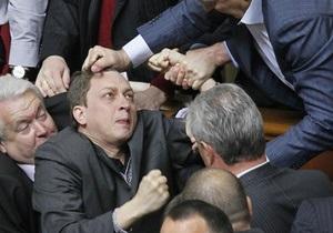 Оппозиционер во время драки в Раде получил сотрясение мозга
