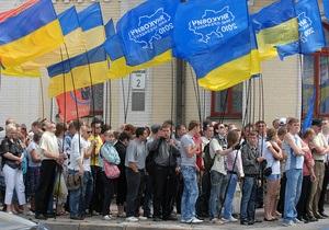Более тысячи сторонников Януковича митингуют возле Украинского дома
