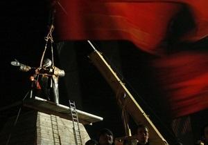 Подорванный памятник Ленину вернули на Финляндский вокзал в Петербурге