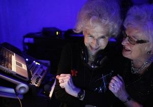 Фотогалерея: В клубе только бабушки. 73-летняя женщина-диджей играет диско для престарелых