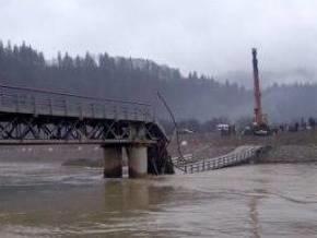 На Буковине обрушился построенный после наводнения мост