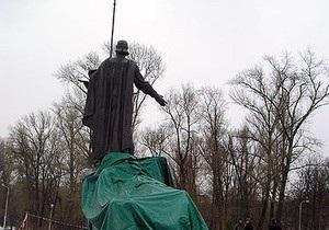 Демонтаж памятника основателям Киева: Свадебные агентства решают, куда возить молодоженов