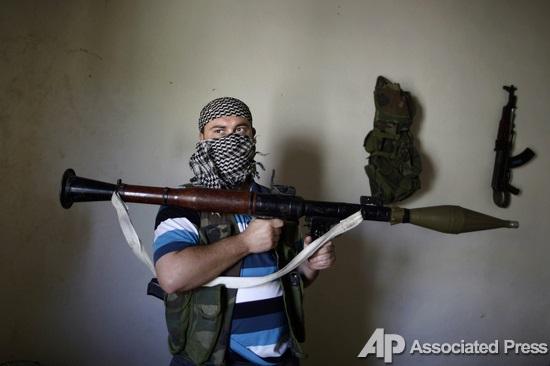 Вооружены до зубов. Фотосессия сирийских повстанцев для международных  репортеров - Korrespondent.net e563201b888