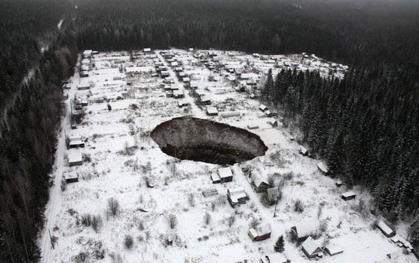 провалы в земле. фото