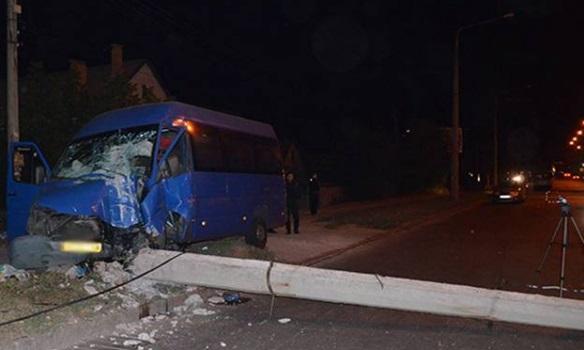 """Неподалік Івано-Франківська, пенсіонерка керуючи мікроавтобусом """" MERCEDES Sprinter"""" на """"бляхах"""", протаранила електроопору"""