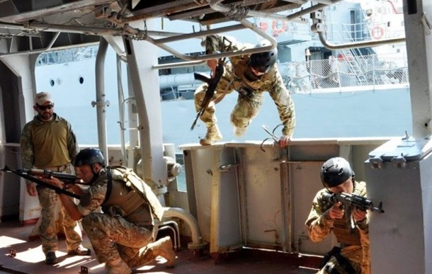 """На \""""Си Бриз-2016\"""" пограничники прыгали в море без парашютов"""