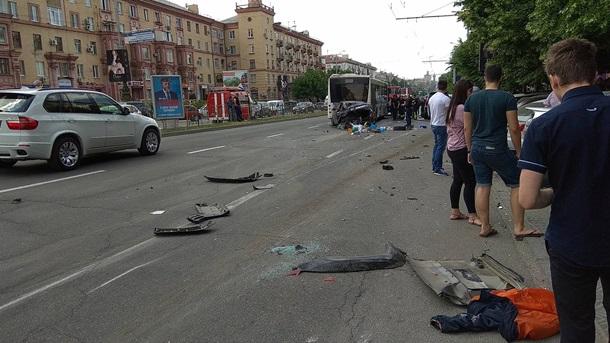 В Запорожье столкнулись десять легковушек и автобус