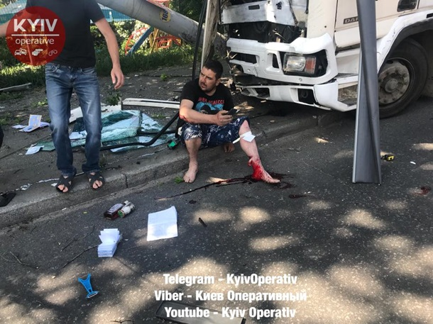 Фура снесла столб наЛобановского— ДТП вКиеве