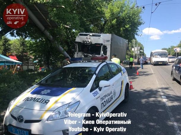 Серьезная авария вКиеве: грузовик наскорости влетел встолб
