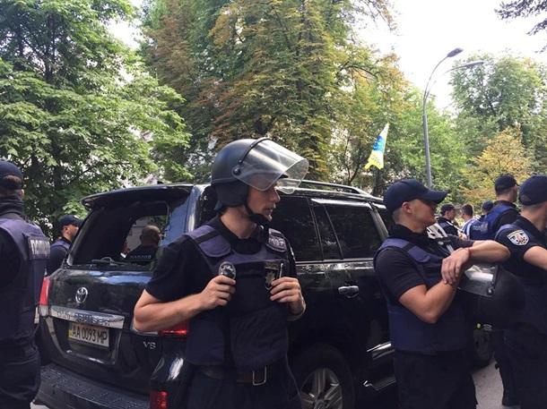 Под ВР автомобиль нардепа сбил активиста