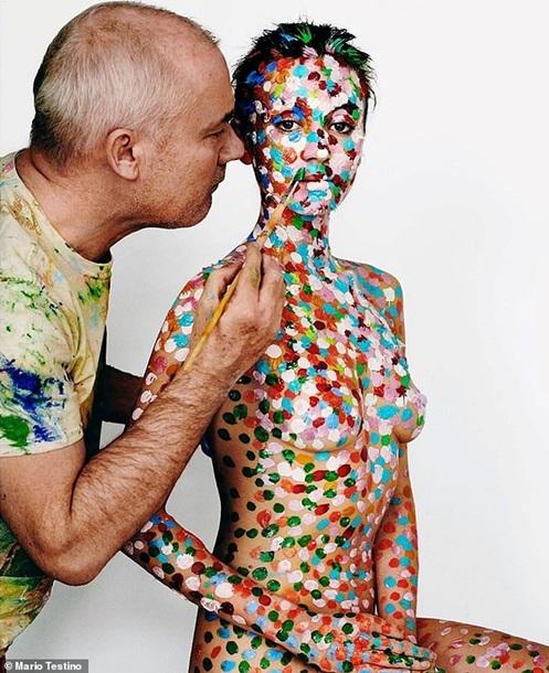 Британский художник превратил тело своей девушки в картину