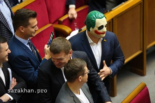 Нардеп Кива пришел в Раду в маске Джокера. Фото