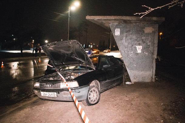 У Києві зіткнуліся два авто, Одне відкінуло в ЗУПИНКИ