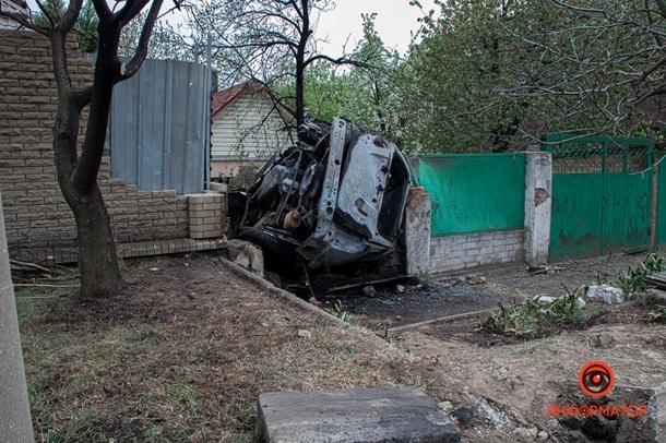 У Дніпрі автомобіль влетів у паркан будинку и згорів