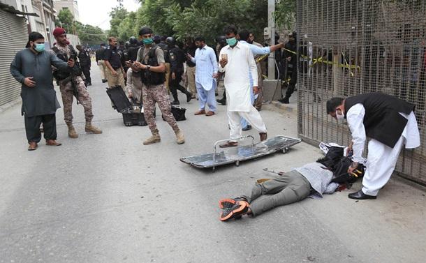 В Пакистане восемь человек погибли при нападении на биржу. Фото 18+