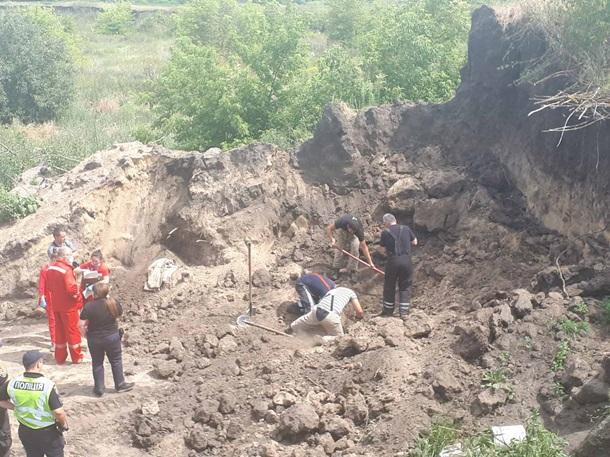 В Киевской области троих человек засыпало песком в карьере