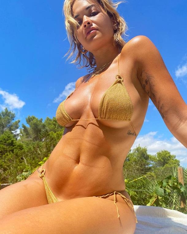 Рита Ора сделала селфи в бикини на Ибице. ФОТО
