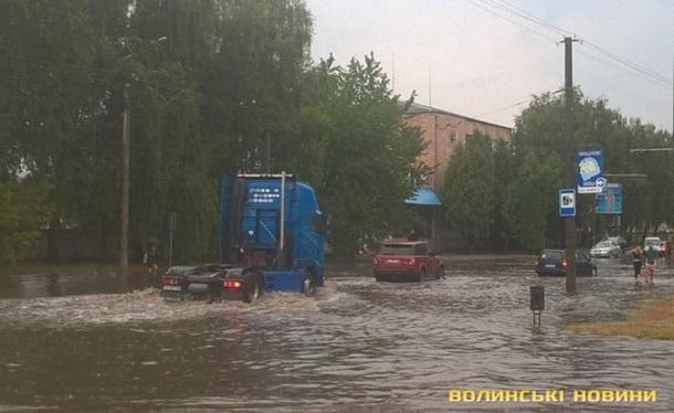 В Луцке ливень затопил дороги и повалил деревья