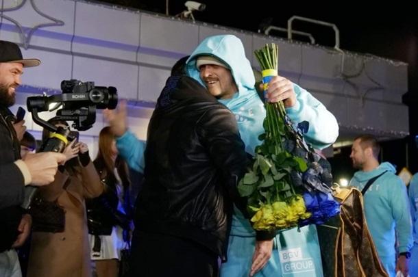 Усик вернулся в Украину и сказал, чего сейчас хочет больше всего (ФОТО, ВИДЕО) 1