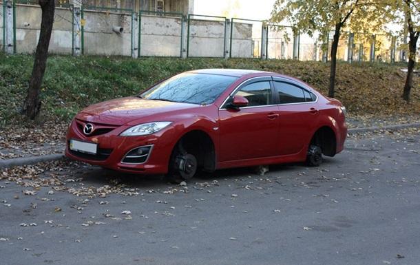 Новости Киева - Оболонь - колеса - Mazda - В спальном районе Киева с дорогой машины сняли колеса