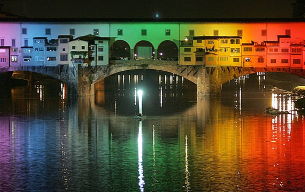 Поймали с поличным. Украинских туристов задержали за надпись на мосту Ponte Vecchio