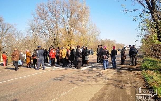 Фермеры перекрыли трассу Днепропетровск - Кривой Рог с требованием  прекратить захват полей