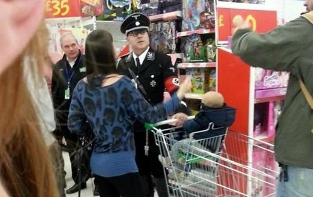 В Британии мужчину в форме офицера СС выгнали из супермаркета