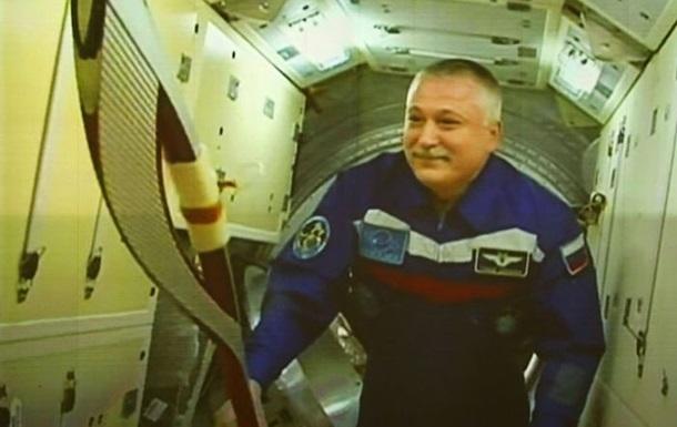 Российские космонавты готовятся вынести олимпийский факел в открытый космос