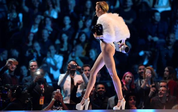 Майли Сайрус на церемонии вручения премий MTV выкурила сигарету, похожую на самокрутку с марихуаной