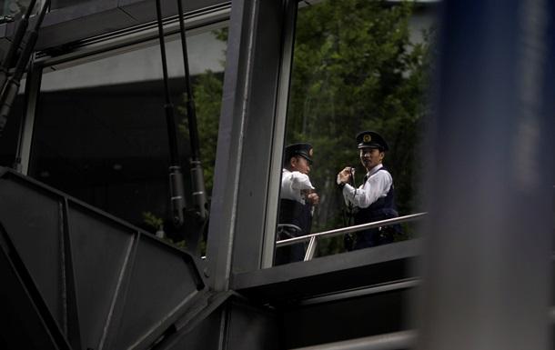 Японский парламентарий получил письмо с ножом и угрозами
