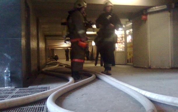 Один из вестибюлей станции метро Лесная в Киеве задымлен из-за загоревшегося киоска