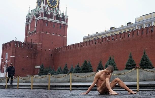 Художника Павленского, прибившего свои половые органы к брусчатке на Красной площади, обвинили в хулиганстве
